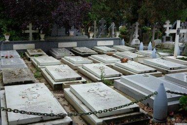 Могилы военных на кладбище Сент-Женевьев-де-Буа (ракурс)