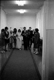 Процессия движется по коридору. Как было в ЗАГСе в СССР