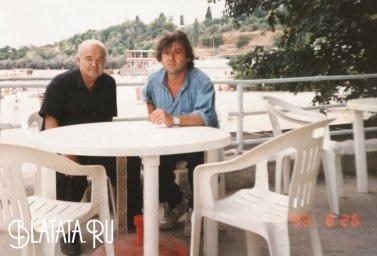 Папа Радж и Стас Ерусланов за столиком летнего кафе