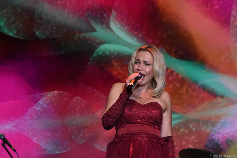 Альбина Десницкая с микрофоном на фестивале шансона