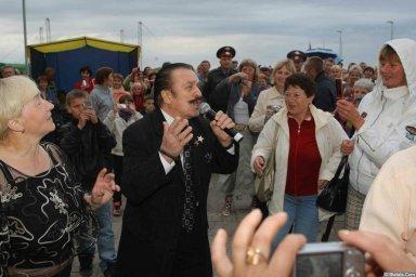 Вилли Токарев в кругу поклонников 2