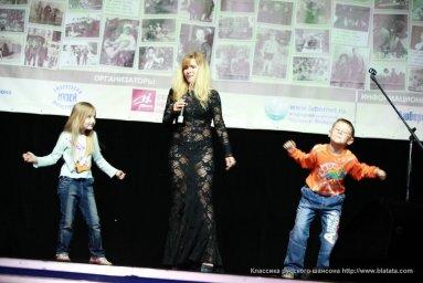 Таня Тишинская с детьми на сцене
