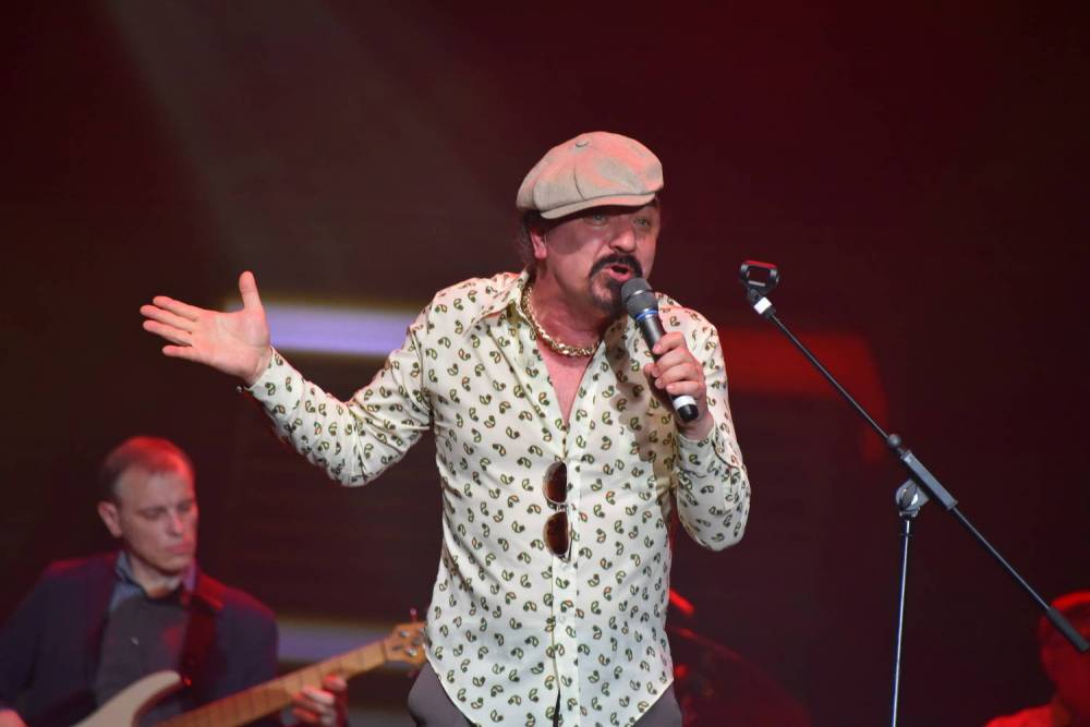 Юрий Михайличенко поёт на сцене