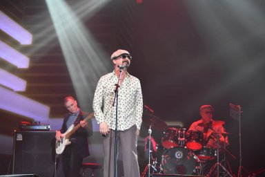 Юрий Михайличенко на сцене перед зрителями