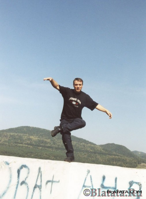 Александр Дюмин на мосту через реку