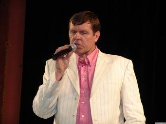 Александр Новиков в белом костюие