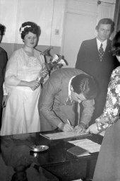 Жених расписывается. Фото сделано в 1980 году