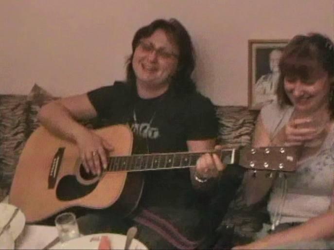Катенька Дроздовская с гитарой на хате