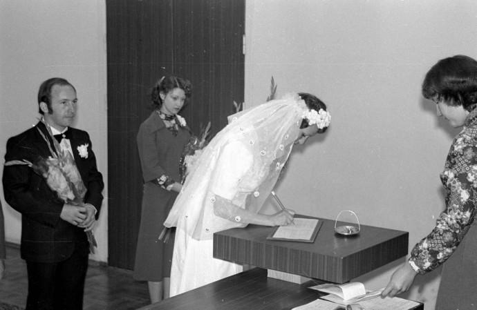 Невеста расписывается. Как было в ЗАГСе в СССР