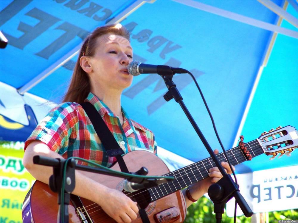 Галина Хомчик поёт на сцене Ильменского фестиваля 2006 года