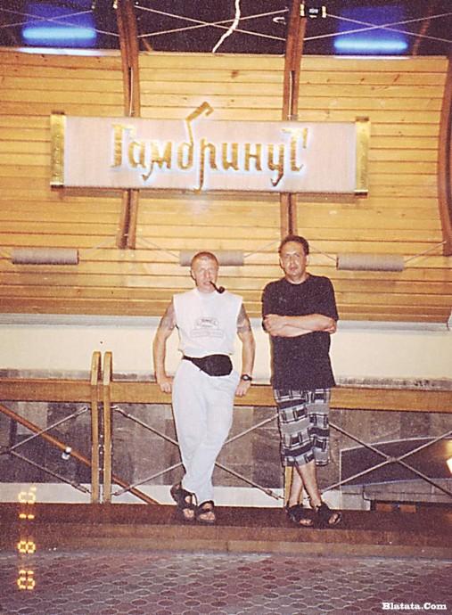 Сергей Чигрин и Леня Азбель возле ресторана Гамбринус