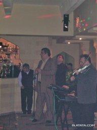 Бока Давидян с на сцене поёт