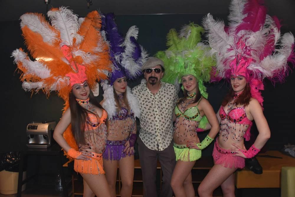 Юрий Михайличенко с девочками из подтанцовки