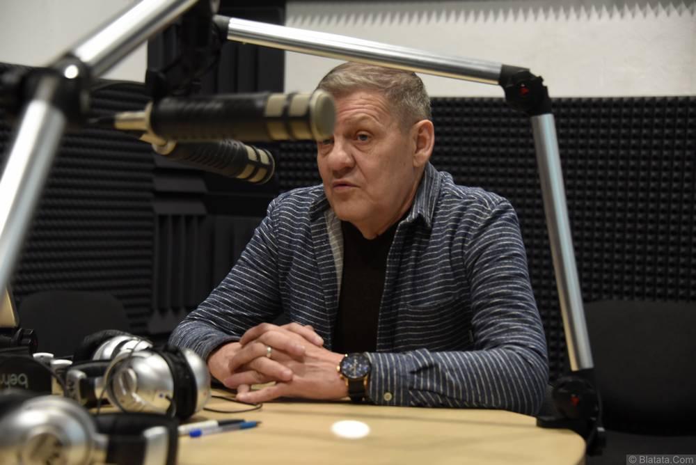 Валерий Волошин, группа Пятилетка в Калининграде на радио записывает интервью