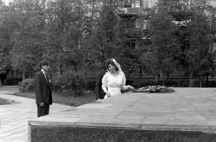 Свадьба в СССР. Возложение цветов женихом и невестой