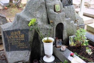 Могила Андрея Тарковского на кладбище Сент-Женевьев-де-Буа 2