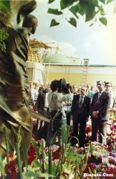 Вилли Токарев на могиле Владимира Высоцкого 1