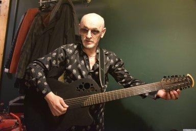 Григорий Заречный портрет с гитарой на концерте Новое и лучшее 30 ноября 2015 года