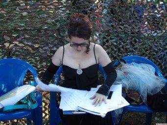 Тамара Гвердцители подписывает бумаги