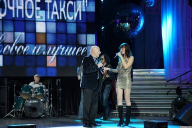 Аркадий Соловейчик с певицей на концерте 2013 года