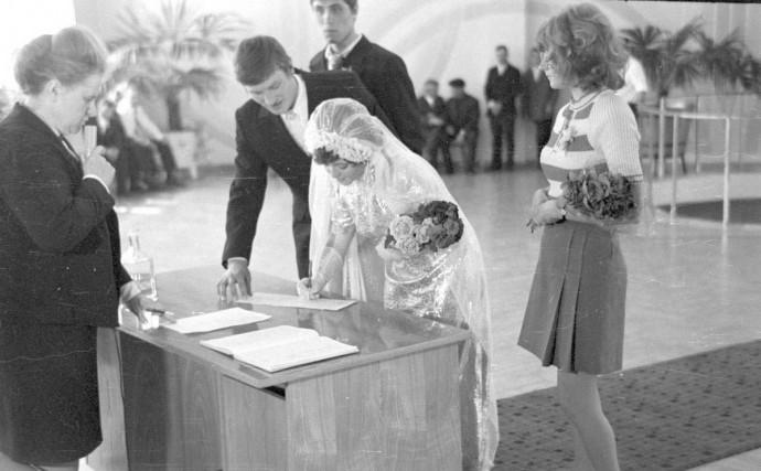 Невеста расписывается