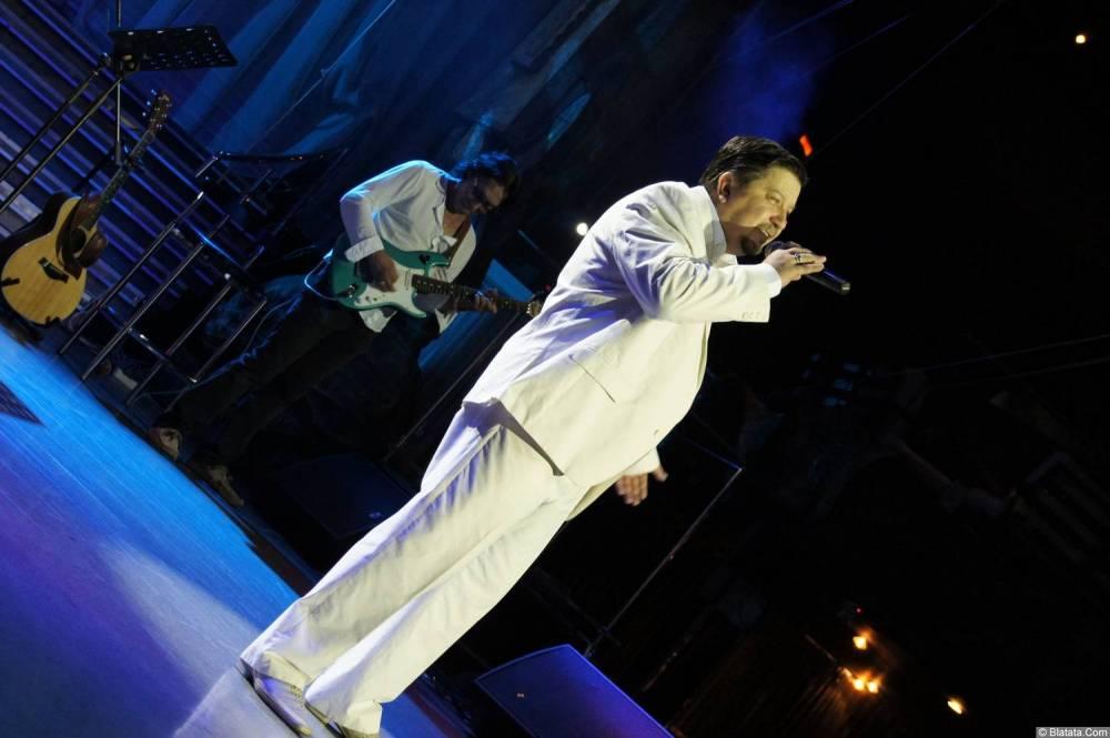 Владимир Стольный поёт на концерте 19 августа 2014 года