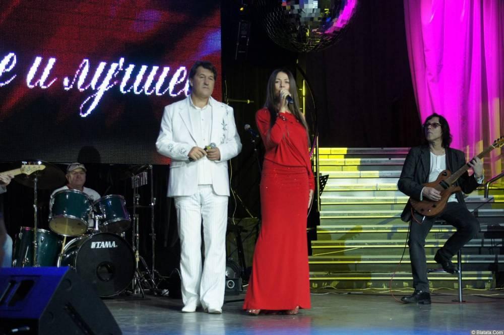 Владимир Черняков с микрофоном на концерте Новое и лучшее 17 февраля 2015 года