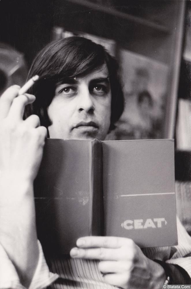 Вадим Медин (Валерий Викторович Литвиненко) с книгой и сигаретой