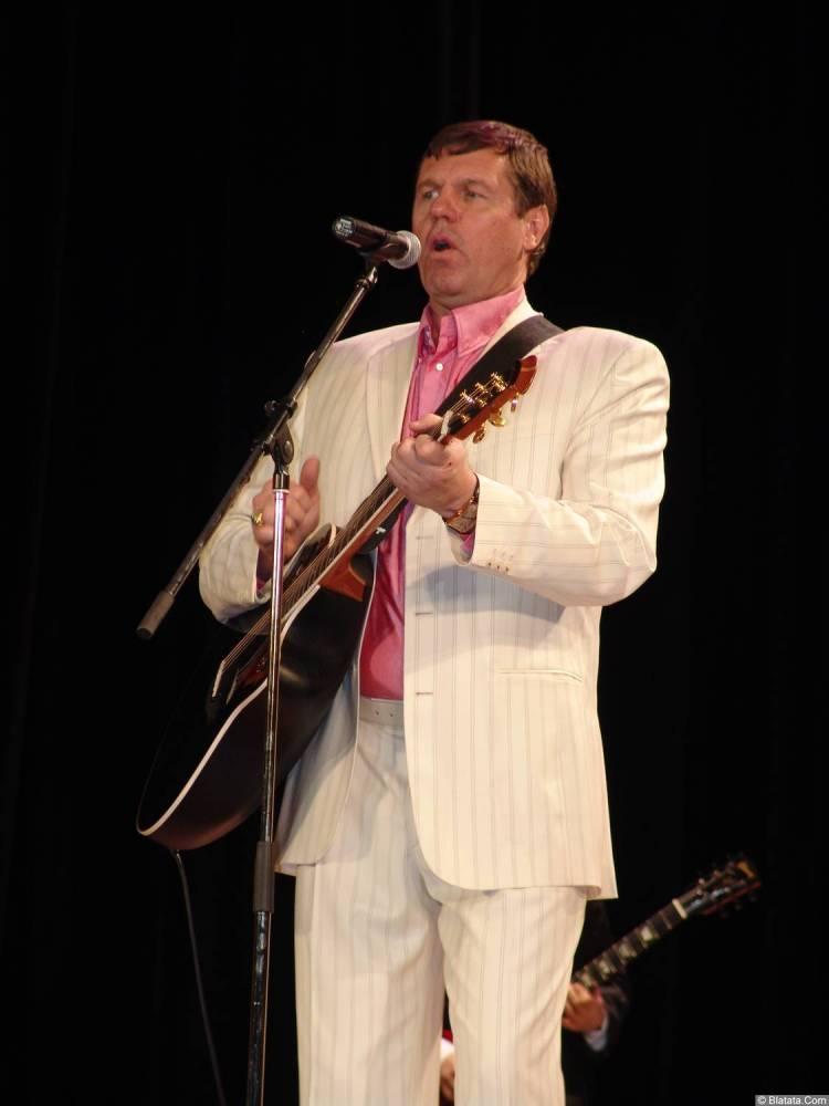 Александр Новиков играет на гитаре