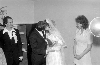 Будущая пара со свидетелями и родней приехала в ЗАГС. Жених и невеста целуются