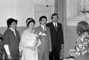 Невеста и жених слушают сотрудницу ЗАГСа. Фото сделано в 1980 году