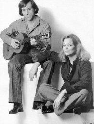 Марина Влади и Владимир Высоцкий с гитарой