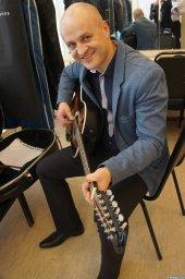 Анатолий Топыркин с гитарой на XX-м фестивале памяти Аркадия Северного 12 апреля 2015 г.