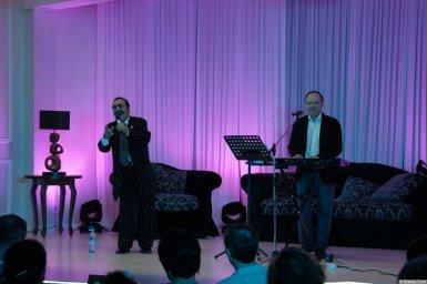 Вилли Токарев на концерте с аккомпаниатором