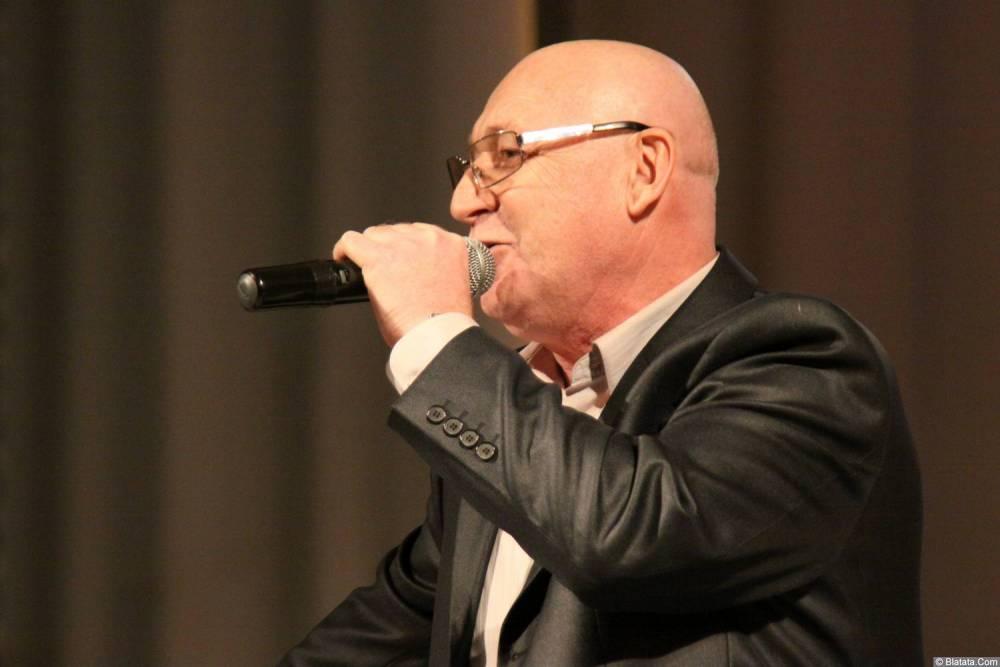 Аркадий Соловейчик поёт на сцене