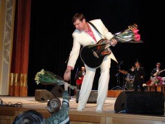Александр Новиков получает цветы