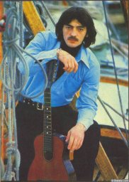 Михаил Боярский у лодки