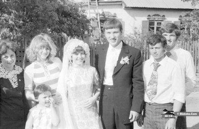 Жених с невестой гуляют под ручку по деревне в СССР