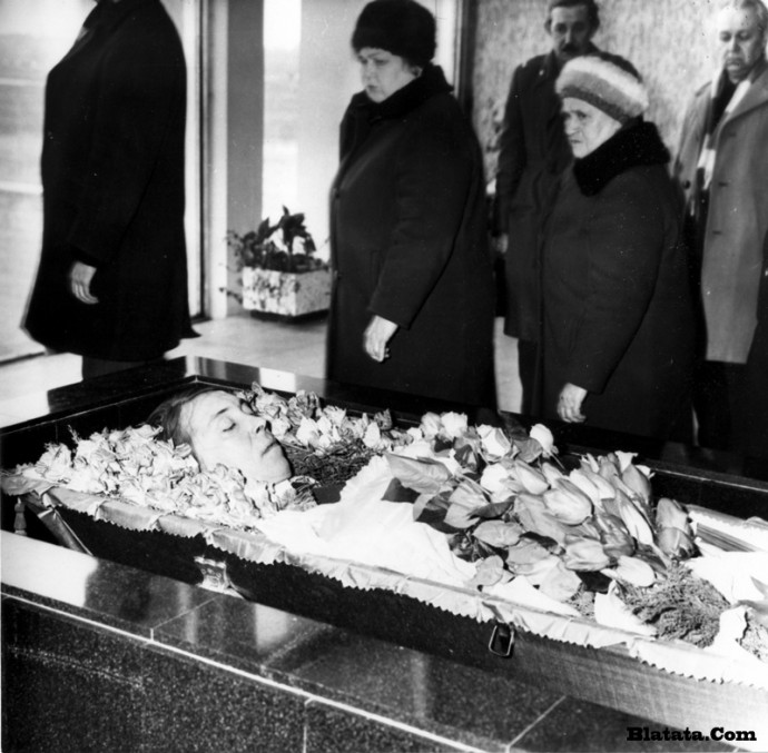 Гроб с Аркадием Северным в зале крематория в Ленинграде