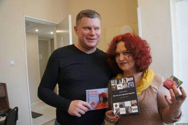 Ирина Каспер и Михаил Дюков с книгой и диском на XX-м фестивале памяти Аркадия Северного 12 апреля 2015 г.