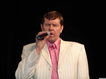 Александр Новиков поёт