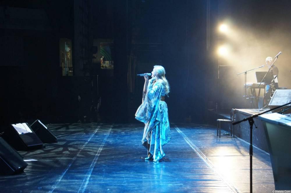 Вика Цыганова выступает на XX-м фестивале памяти Аркадия Северного