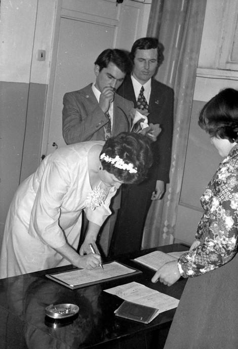 Невеста расписывается. Фото сделано в 1980 году