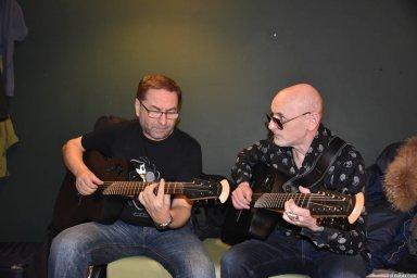 Григорий Заречный настраивает гитару на концерте Новое и лучшее 30 ноября 2015 года