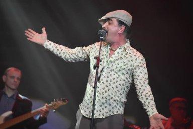 Юрий Михайличенко выступает на сцене