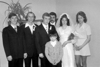 Жених, невеста и мальчик групповое фото