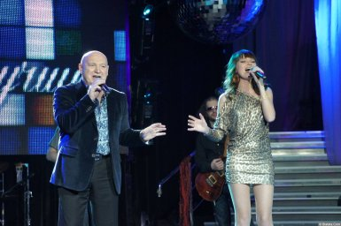 Аркадий Соловейчик выступает с певицей на концерте 2013 года