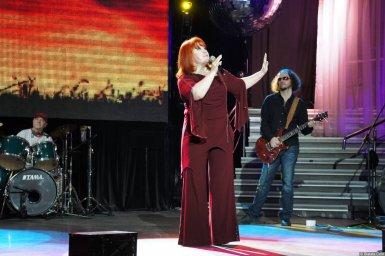 Олеся Атланова поёт на концерте 2013 года