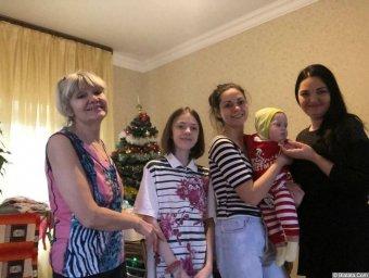 Елена Горбачева. Я. мои две доченьки: Марина, Кристина и две внученьки: Арина, Лера.