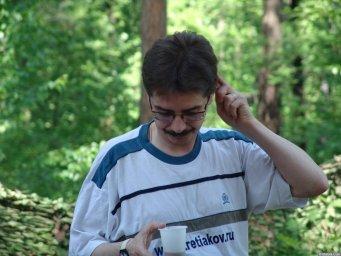 Виктор Третьяков пьет кофе на Ильменском фестивале 2006 года